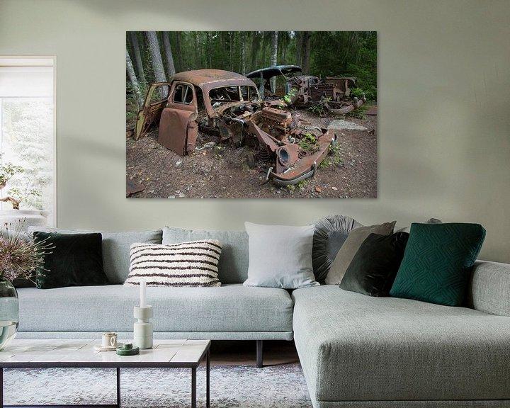 Sfeerimpressie: Autokerkhof in een bos in Ryd in Zweden van Joost Adriaanse