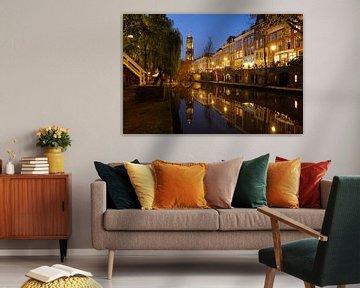 Oudegracht in Utrecht tussen Hamburgerbrug en Weesbrug met Domtoren van Donker Utrecht