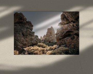 Zon schijnt door rotsen in El Teide nationaal park in Tenerife