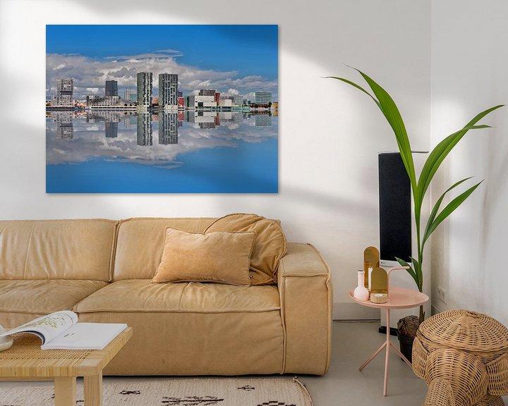 Sfeerimpressie: Almere Stad  skyline gespiegeld. van Brian Morgan