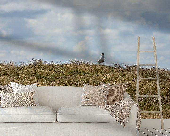 Beispiel fototapete: Möwe auf einem bewachsenem Deich von Philipp Klassen