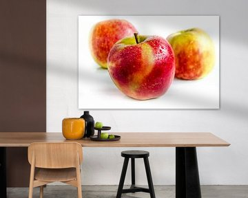 3 sappige verse Jonagold appels in een rij uitgesneden op wit van Dieter Walther