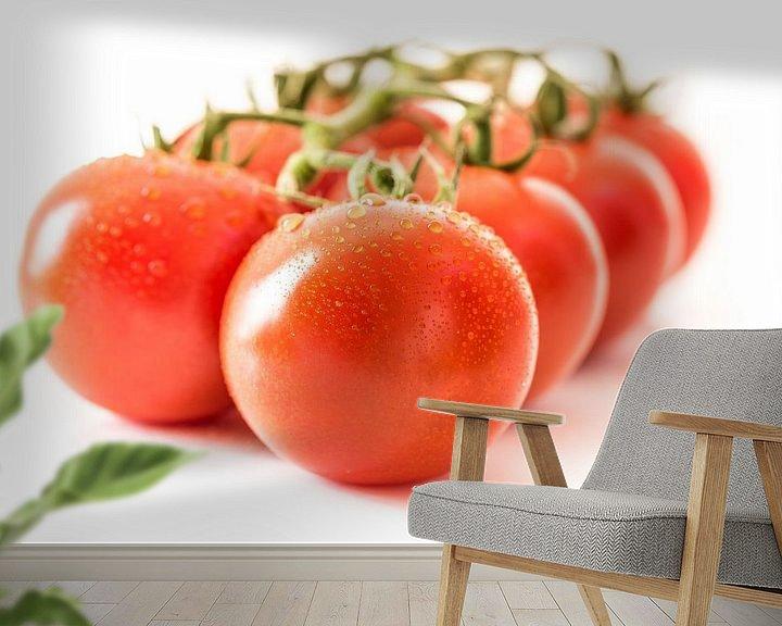 Sfeerimpressie behang: Macro rijpe sappige tomaten met waterdruppels van Dieter Walther