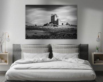 Dunguaire Castle in schwarz-weiß