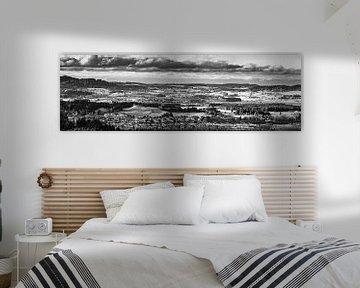 Panorama des Ostallgäus in schwarz-weiß