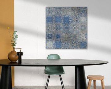 Abstraktes Schneeflockenmuster in Blau und Silbergrau von Maurice Dawson