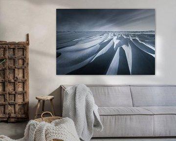 Schneedünen im Nationalpark Lauwersmeer in Groningen nach einem Schneesturm in schwarz/weiß. Die sch von Bas Meelker