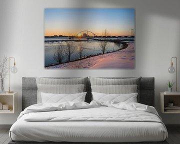 Oversteek Nijmegen, avond en sneeuw