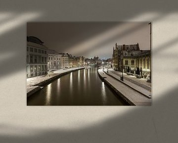 Sehen Sie die Graslei neben der Lys von Gent bei Schneefall von Marcel Derweduwen