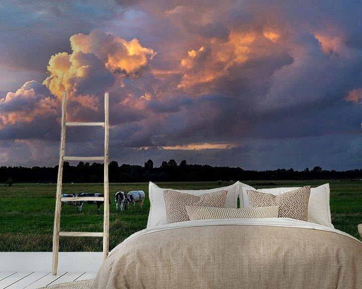 Sfeerimpressie behang: Zomers landschap foto van koeien in de polder met prachtige wolkenlucht. van Eyesmile Photography