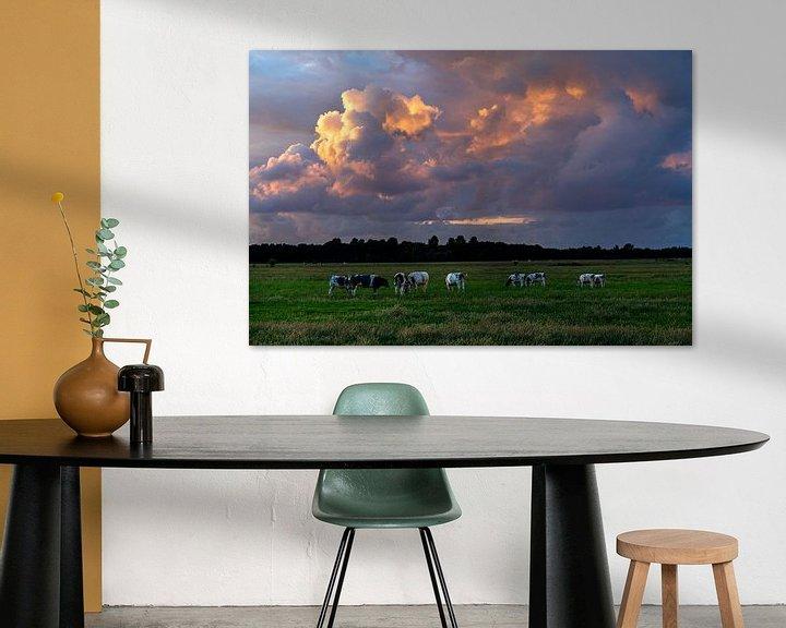 Sfeerimpressie: Zomers landschap foto van koeien in de polder met prachtige wolkenlucht. van Eyesmile Photography