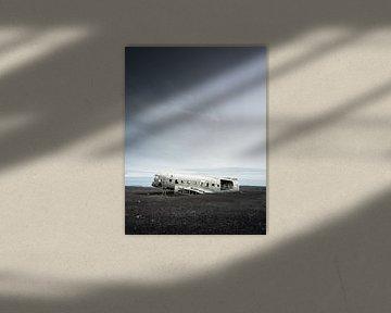 Vliegtuigwrak op de kale donkere vlakte van Sólheimasandur in IJsland van Teun Janssen