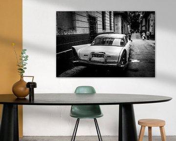 Witte oldtimer in Havana in zwart-wit van Dieter Walther
