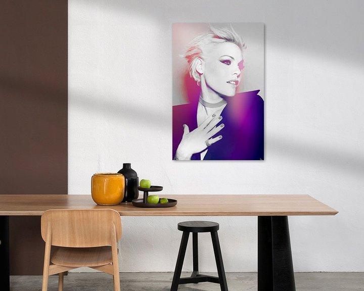 Beispiel: P!nk Rosa Modernes abstraktes Porträt in Rosa, Lila von Art By Dominic