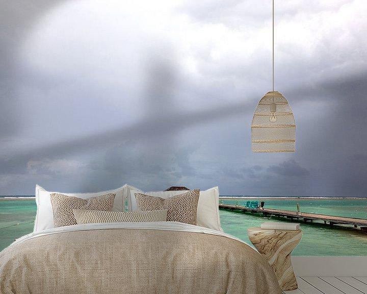 Sfeerimpressie behang: Wolkenlucht boven een turquoise zee in tropisch Jamaica van Eyesmile Photography