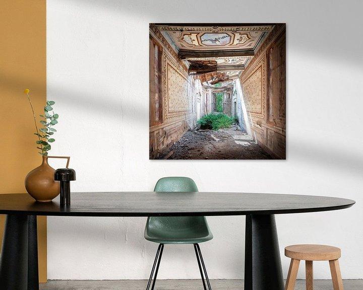 Sfeerimpressie: Verlaten Villa in Hevig Verval. van Roman Robroek