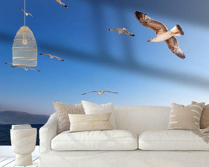 Sfeerimpressie behang: Zeemeeuwen in een blauwe lucht, boven e Egeische Zee in Griekenland. van Eyesmile Photography