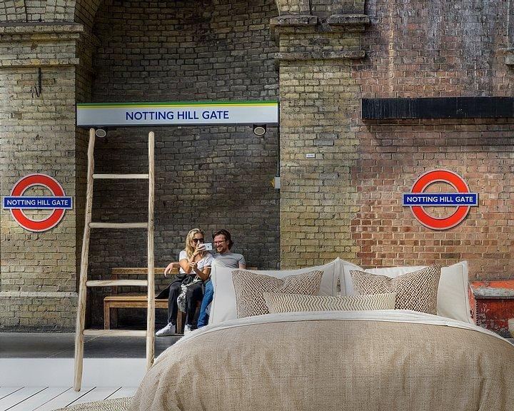 Sfeerimpressie behang: Notting Hill Gate. van Henri Boer Fotografie