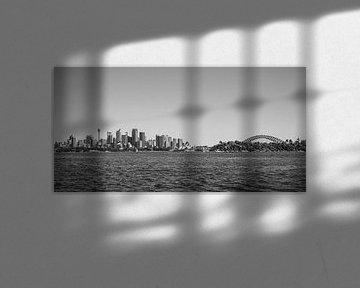 Sydney skyline met Opera House, Harbour Bridge en Sydney Tower (zwart-wit) van Kaj Hendriks