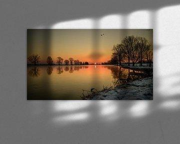 Koude zonsopkomst aan de Maas bij Grave van Jan Hoekstra