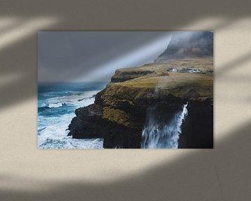 Waterval van een rots op de Faeröer van Moniek Kuipers