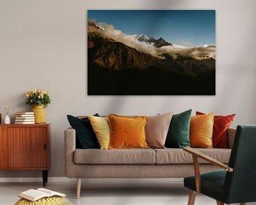 Bergtoppen omsingeld door wolken van Moniek Kuipers