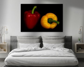Stilleven Peper rood geel op zwart met waterdruppels van Dieter Walther