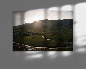 De zon achter de bergen | Ijslands landschap van Floor Bogaerts