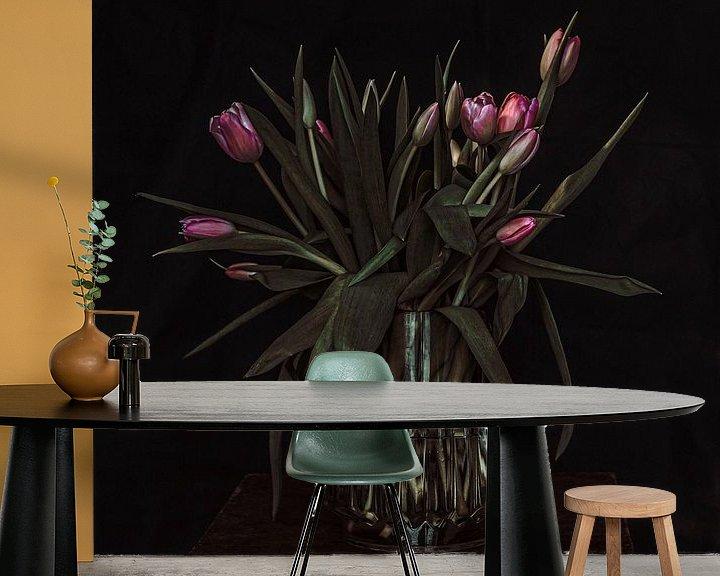Sfeerimpressie behang: Tulpen in vaas van Irene van de Wege