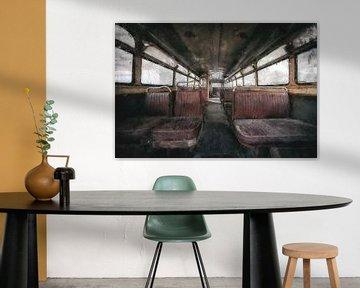De binnenkant van een verlaten bus van Digitale Schilderijen