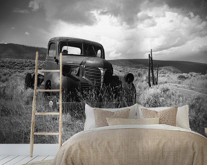 Sfeerimpressie behang: Roestige oude pick-up truck (in zwart/wit) van Ton van Waard - Pro-Moois