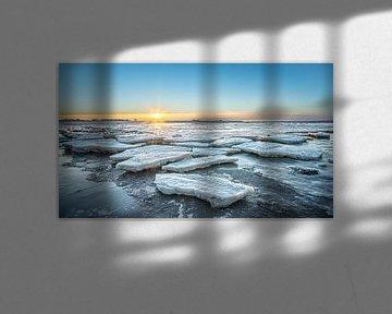 Ijsschotsen op de Waddenzee tijdens zonsondergang van Martijn van Dellen