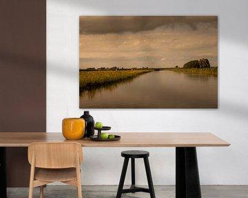 Donkere wolken met avondzon van Edwin van Amstel
