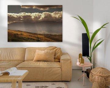 Wolken botsen tegen bergen van Edwin van Amstel