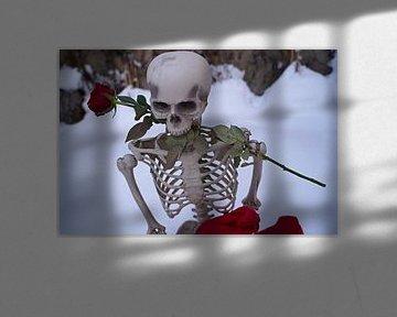 Ewige Liebe Skelett mit roter Rose in weißem Schnee von Babetts Bildergalerie