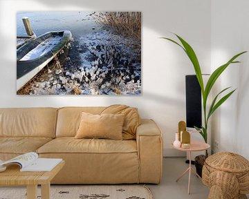 Winter: zeilboot die vastgevroren zit in het ijs van Koolspix