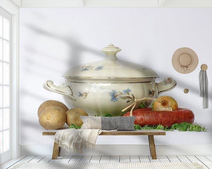 Sfeerimpressie behang: Stilleven oma servies  van Watze D. de Haan