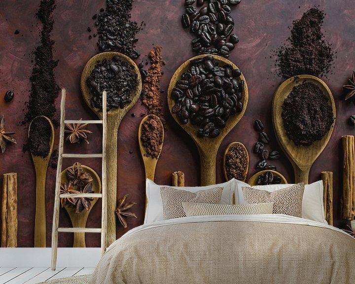 Sfeerimpressie behang: Koffie en kaneel, coffee and cinnamon van Corrine Ponsen