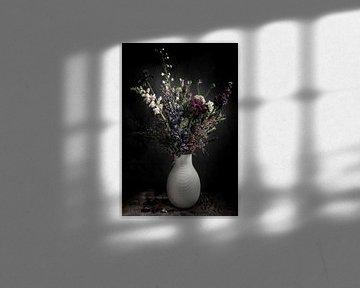 Blumenstrauß in Vase | bildende Kunst Stillleben Farbfotografie | Wandkunst drucken von Nicole Colijn