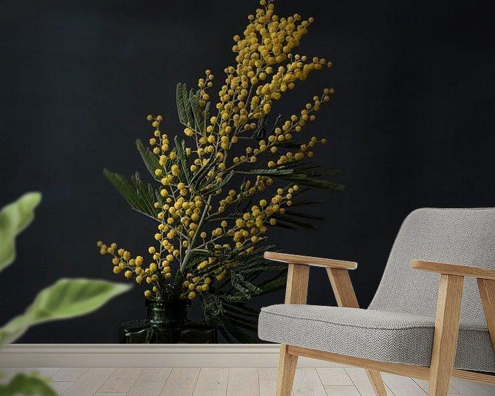 Sfeerimpressie behang: Foto print | Gele bloemen in vaasje | Botanisch | Modern stilleven van Jenneke Boeijink