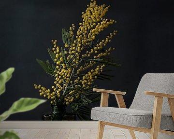Foto print | Gele bloemen in vaasje | Botanisch | Modern stilleven van Jenneke Boeijink