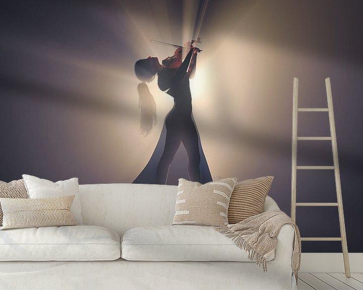 Sfeerimpressie behang: Viool spelend in het licht van Arjen Roos