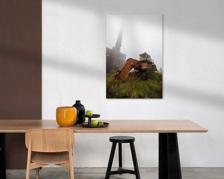 Sfeerimpressie: Verlaten graafmachine en fabriek met mist van Steven Dijkshoorn