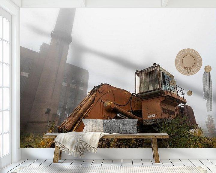 Sfeerimpressie behang: Verlaten graafmachine en fabriek met mist van Steven Dijkshoorn