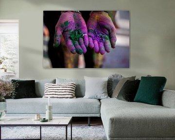 Gekleurde handen - Holi Color festival - India reisfotografie van Freya Broos