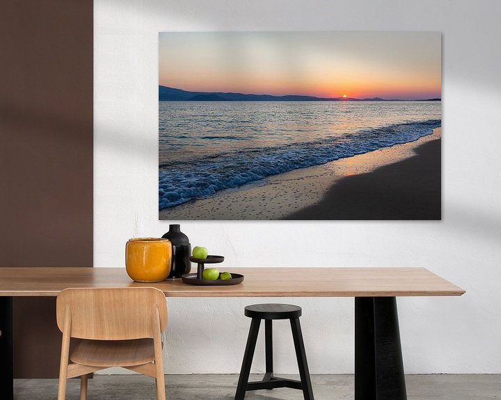 Impression: Coucher de soleil avec une mer calme sur la plage de Naxos, Grèce. sur Eyesmile Photography