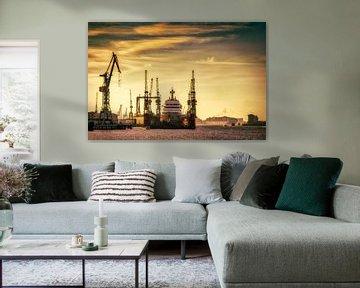 Droogdok en schip in de haven van Hamburg bij zonsondergang van Dieter Walther