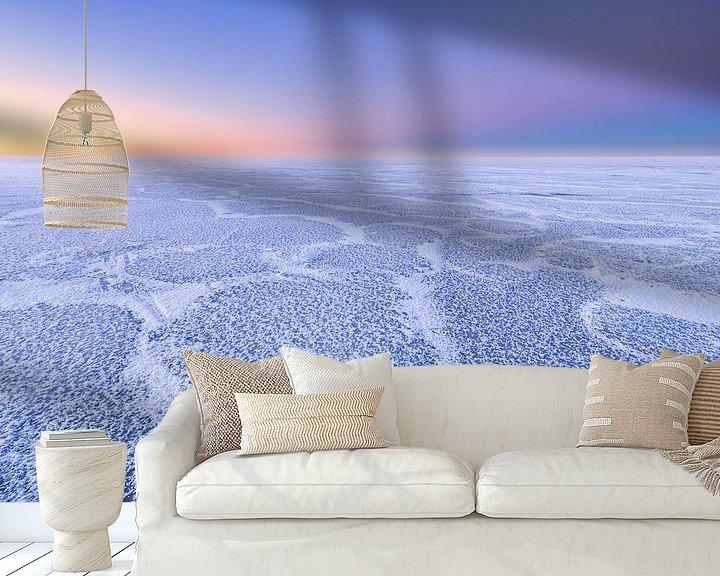 Sfeerimpressie behang: Mooie structuren op een met ijs bedekt IJsselmeer tijdens de winter. Aan de horizon komt de zon lang van Bas Meelker