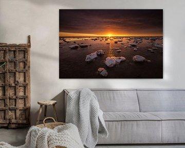 De Waddenzee is bedekt met IJsschotsen in de winter. Een mooie zonsondergang geeft prachtige kleuren van Bas Meelker