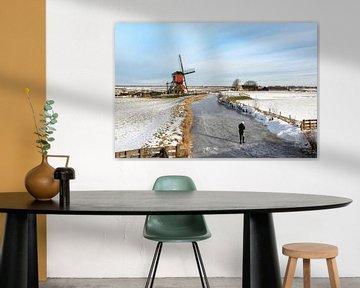 Schaatsen in Hollands polderlandschap met uitzicht op een historische wipmolen. van Mieneke Andeweg-van Rijn